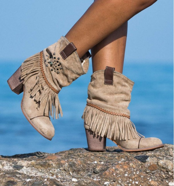 Cowboy ankle boots with fringed heel and wrinkled cane for women