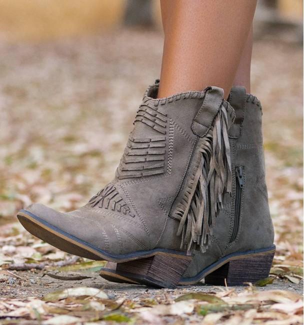 botas de cowboy marrons e com franjas