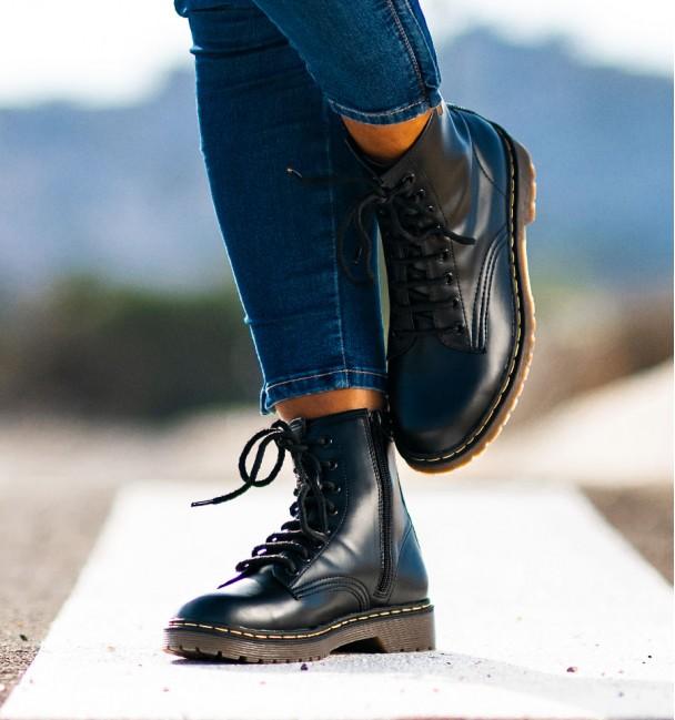 bota baja de color negro con cordones para mujer martin